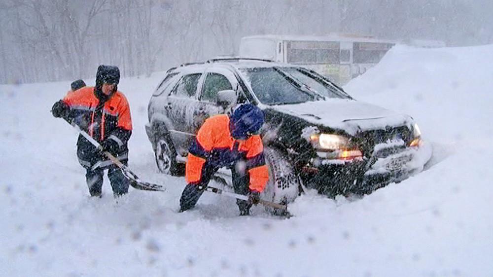 Работа МЧС во время снегопада
