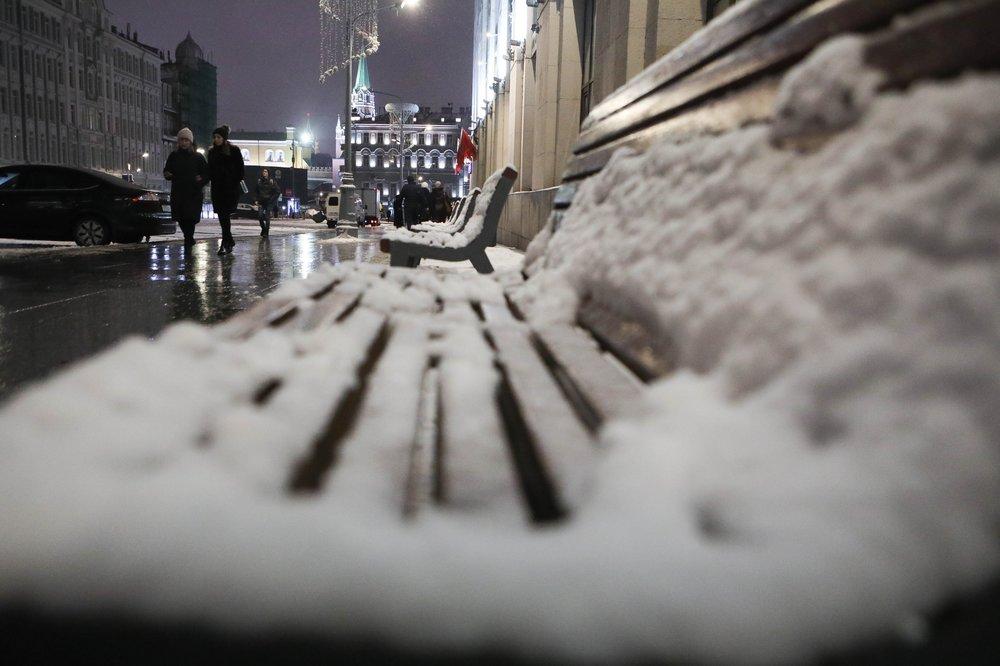 Уборка снега после метели в Москве