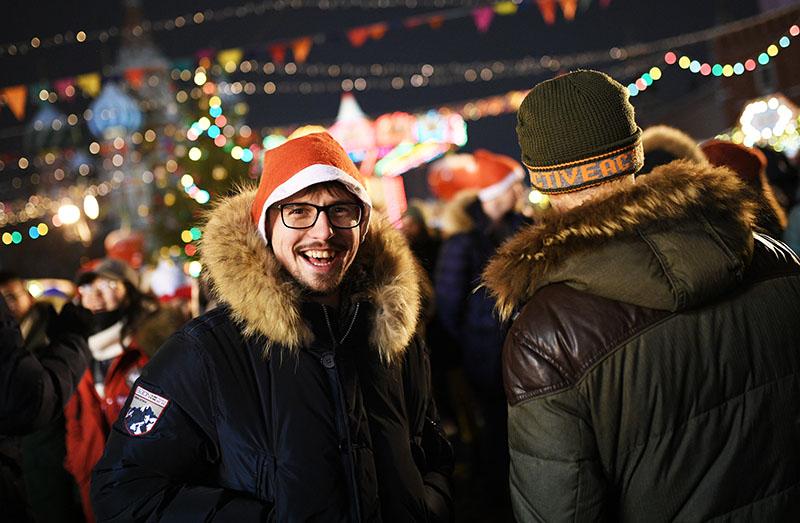 Молодой человек в преддверии встречи Нового года