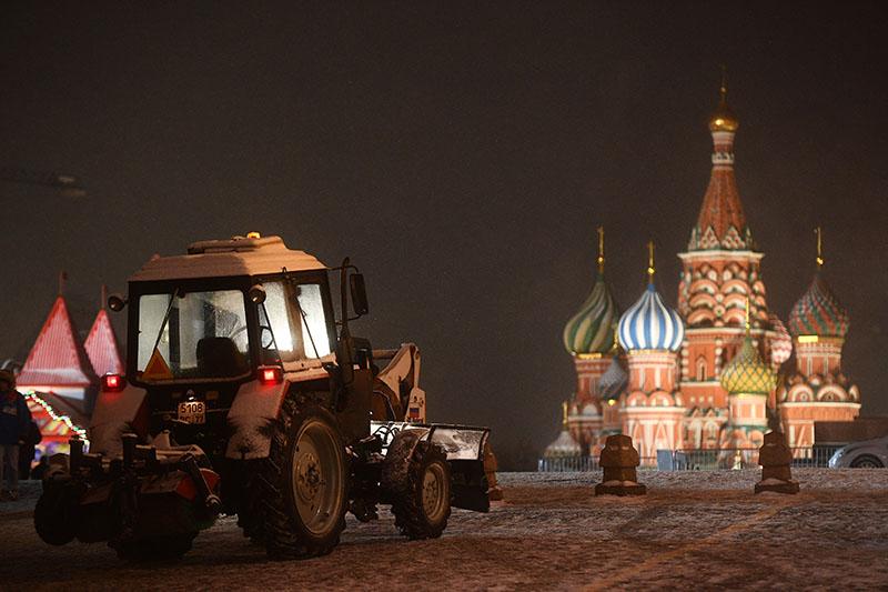 Снегоуборочная техника во время снегопада на Красной площади в Москве