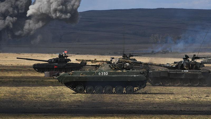 БМП-2 и танк Т-72б3 во время учений