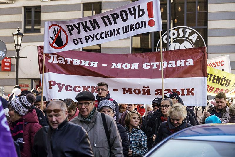 Участники марша в Риге в защиту русских школ в Латвии