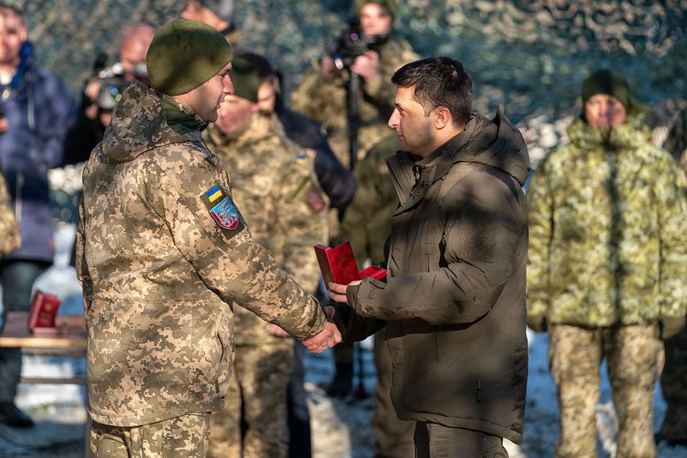 Президент Украины Владимир Зеленский общается с военными