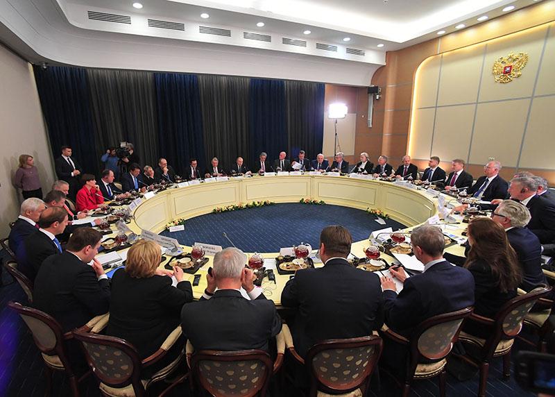 Владимир Путин во время встречи с представителями деловых кругов Германии