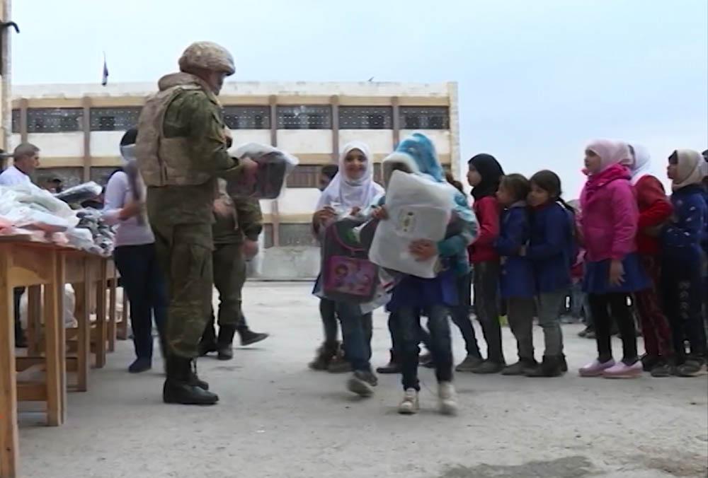 Российские военные привезли подарки сирийским школьникам
