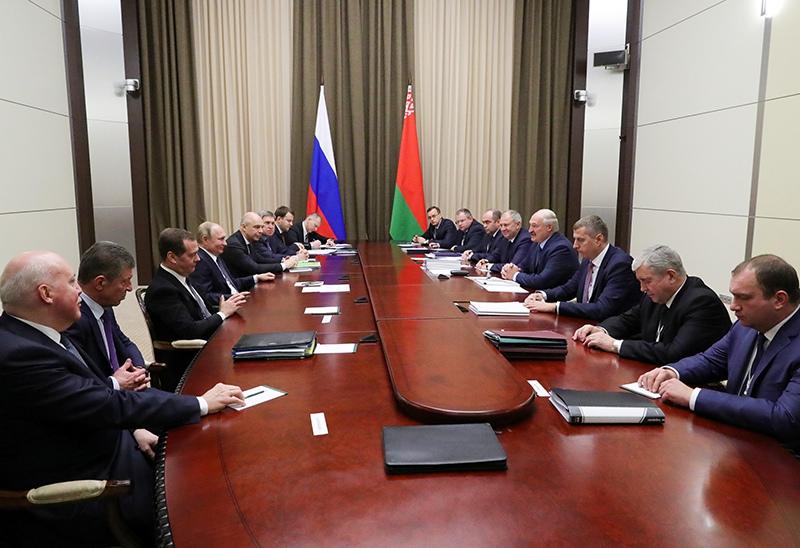 Владимир Путин и Дмитрий Медведев во время переговоров с президентом Белоруссии Александром Лукашенко