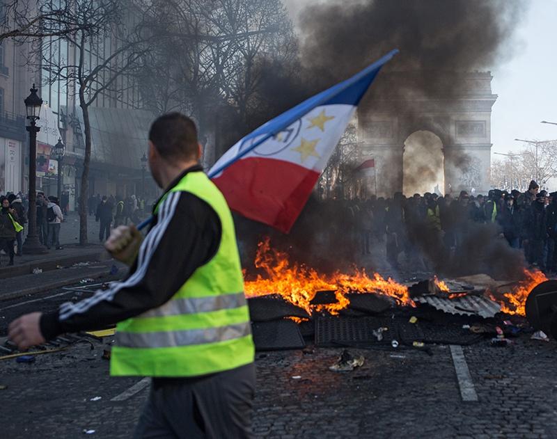 """Участники акции протеста """"желтых жилетов"""" в Париже"""