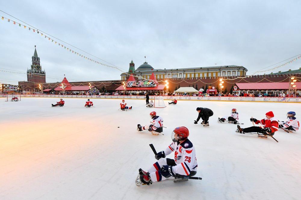Следж-хоккей на ГУМ-Катке на Красной площади