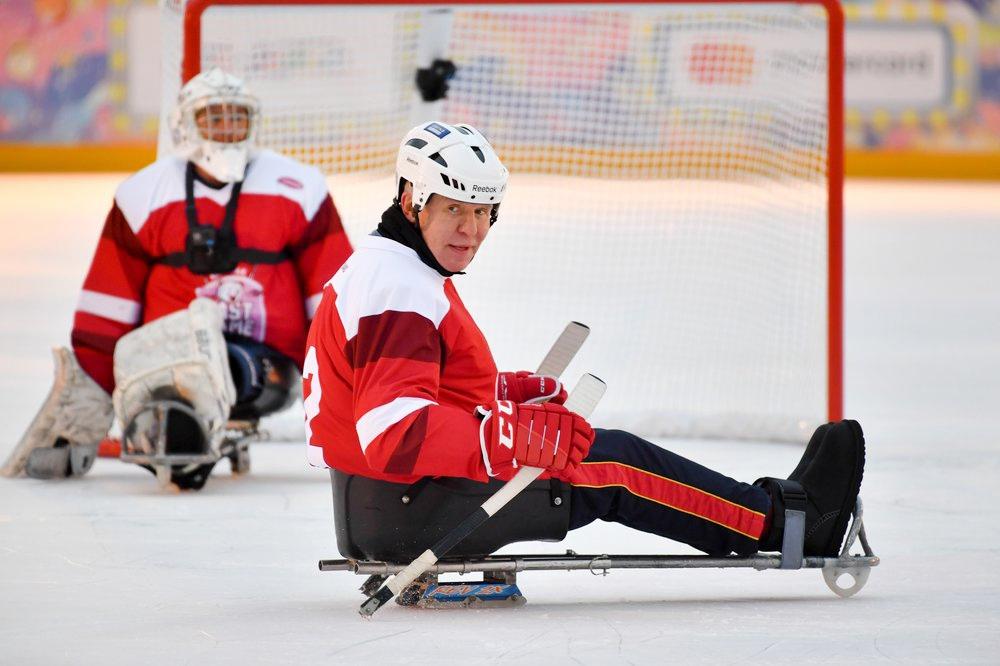 Вячеслав Фетисов принял участие матче по следж-хоккею на ГУМ-Катке на Красной площади