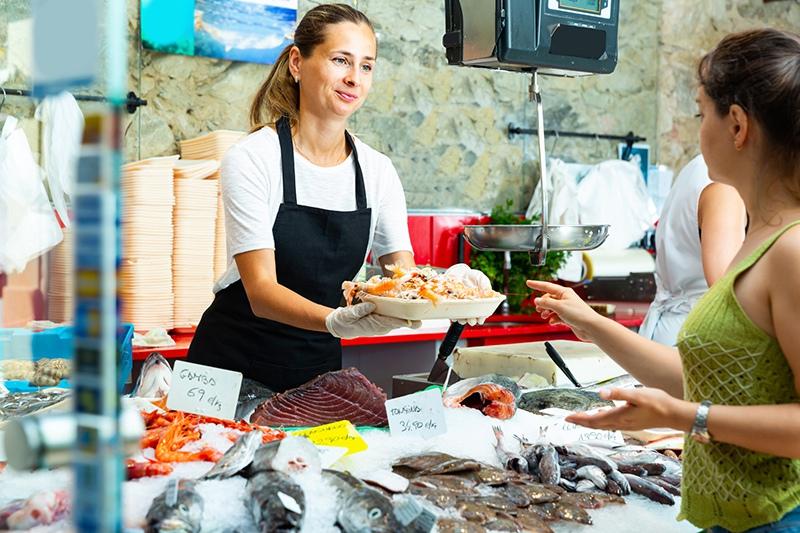 Девушка продает морепродукты