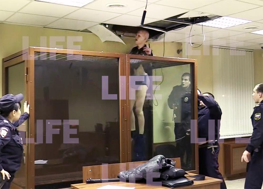 Преступник пытается сбежать из зала суда