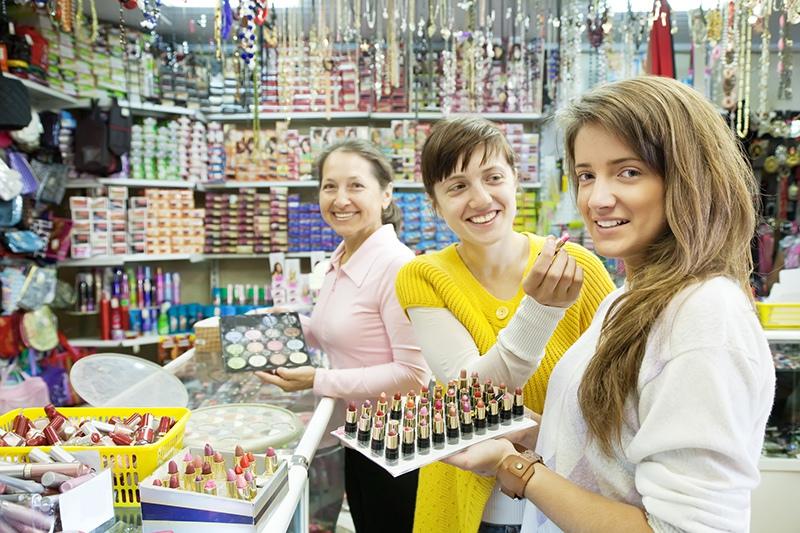 Девушки выбирают косметику в магазине