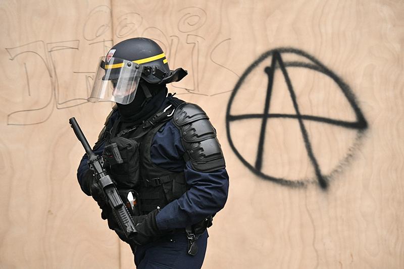Французская полиция во время уличных протестов
