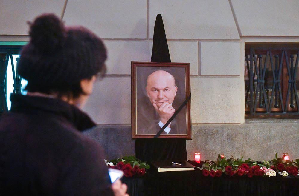 Цветы у здания мэрии Москвы в память о бывшем мэре города Юрии Лужкове