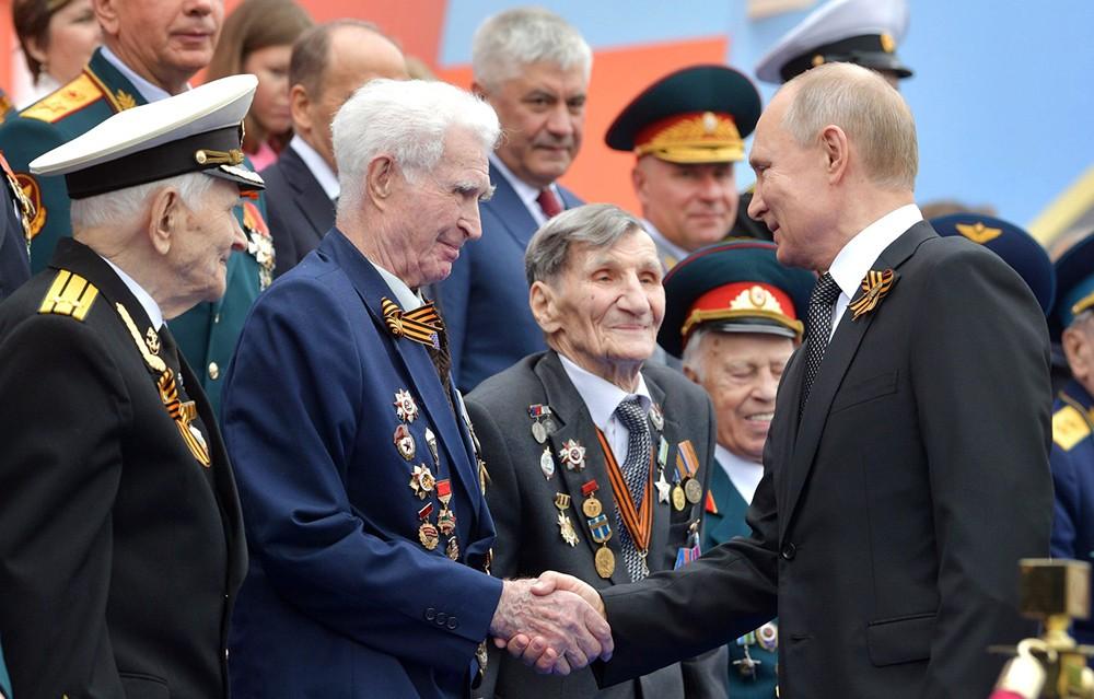 Владимир Путин общается с ветеранами