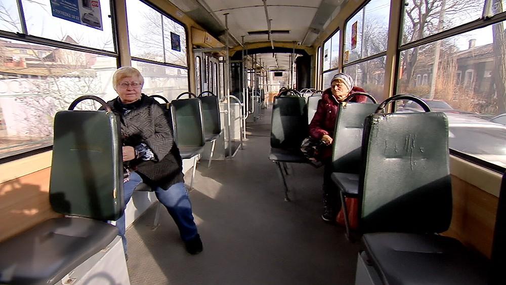 Пассажиры в трамвае