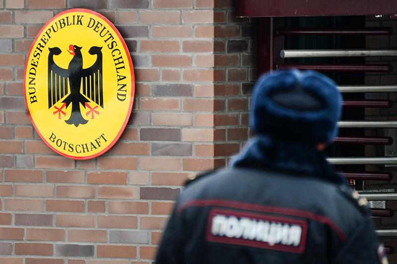 Сотрудник полиции у посольства Германии