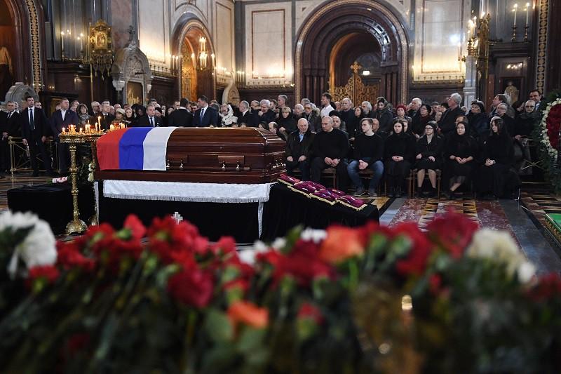 Стало известно, почему Лужкова хоронили в закрытом гробу
