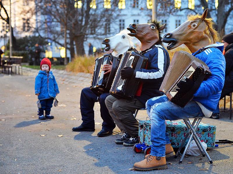 Музыканты в лошадиных масках