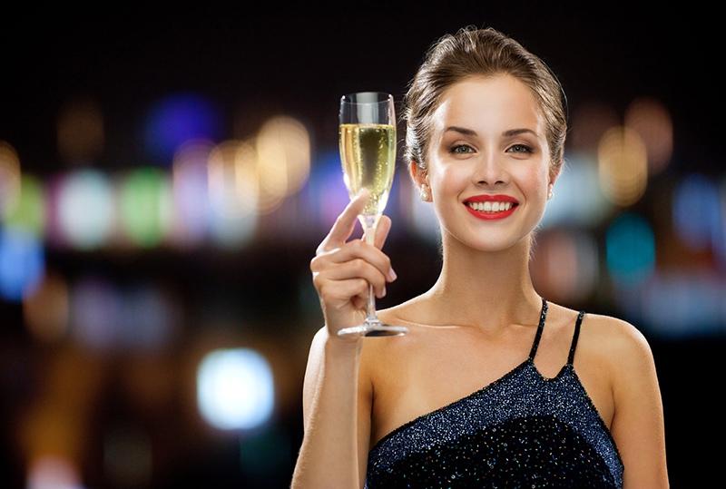 Девушки с бокалами шампанского