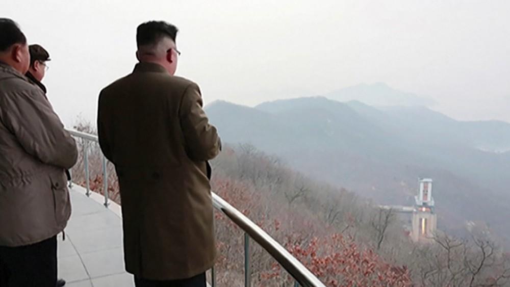 Ким Чен Ын наблюдает за пуском ракеты с космодрома