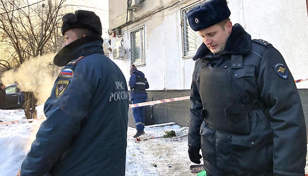 Сотрудник полиции и МЧС на месте происшествия