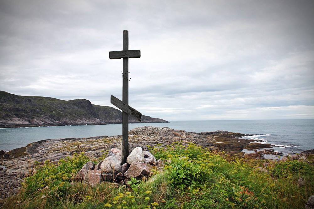 Крест на берегу моря
