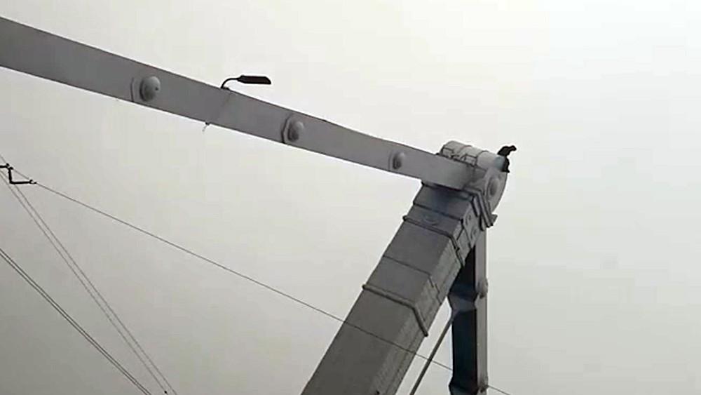 Мужчина залез на Крымский мост в Москве