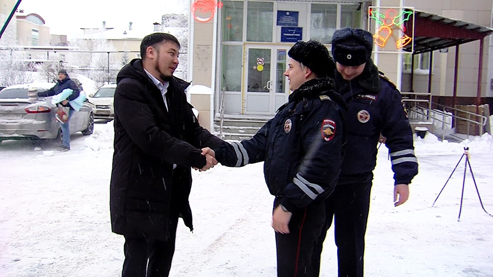 Полицейские поздравляют молодого отца