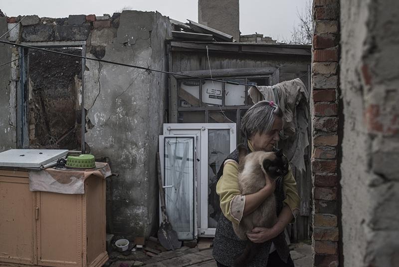 Жительница поселка Октябрьский в Донецкой области
