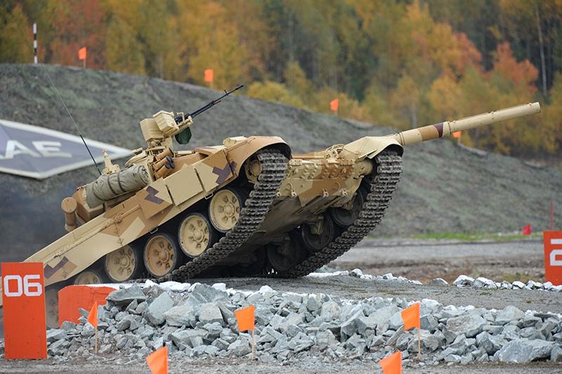 Танк Т-90С, экспортный вариант танка Т-90, во время демонстрационного показа военной техники
