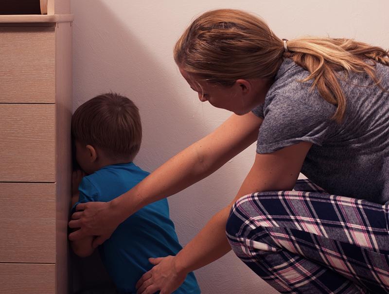 Часами стоявший на гречке мальчик из Омска попросился к маме