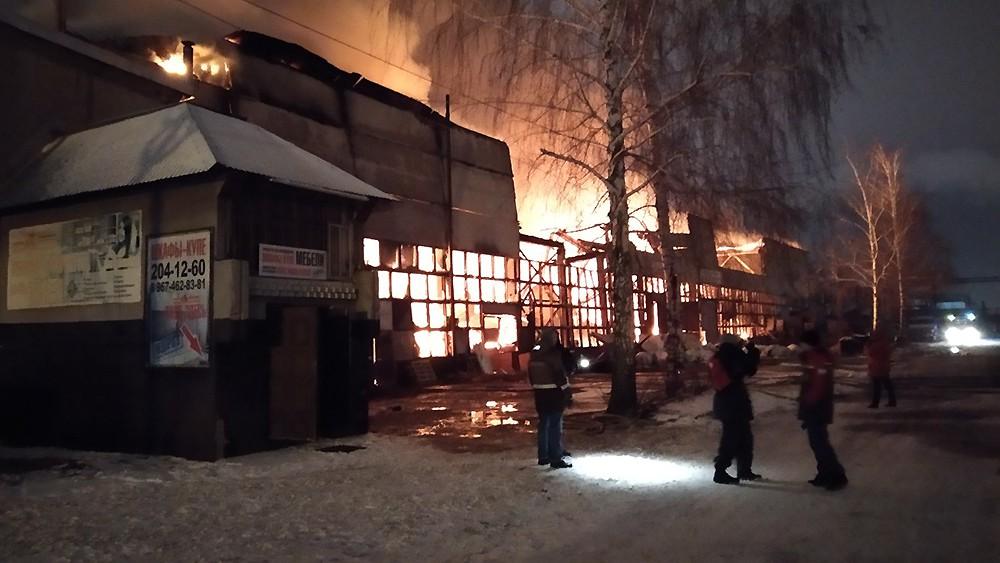 Пожар на складе мебели в Казани