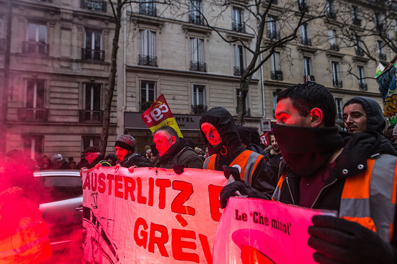 Демонстрация протеста против плана пенсионной реформы правительства в Париже