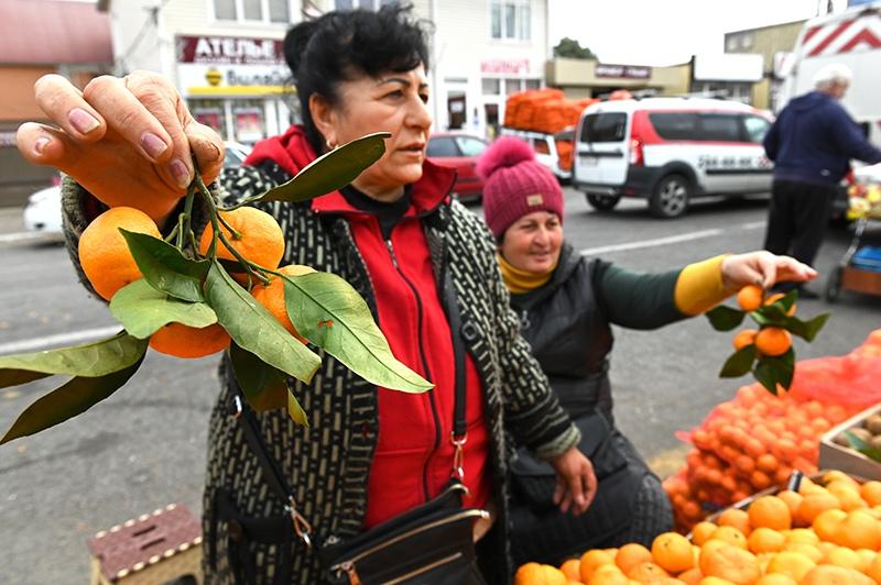 Продавцы мандаринами на рынке