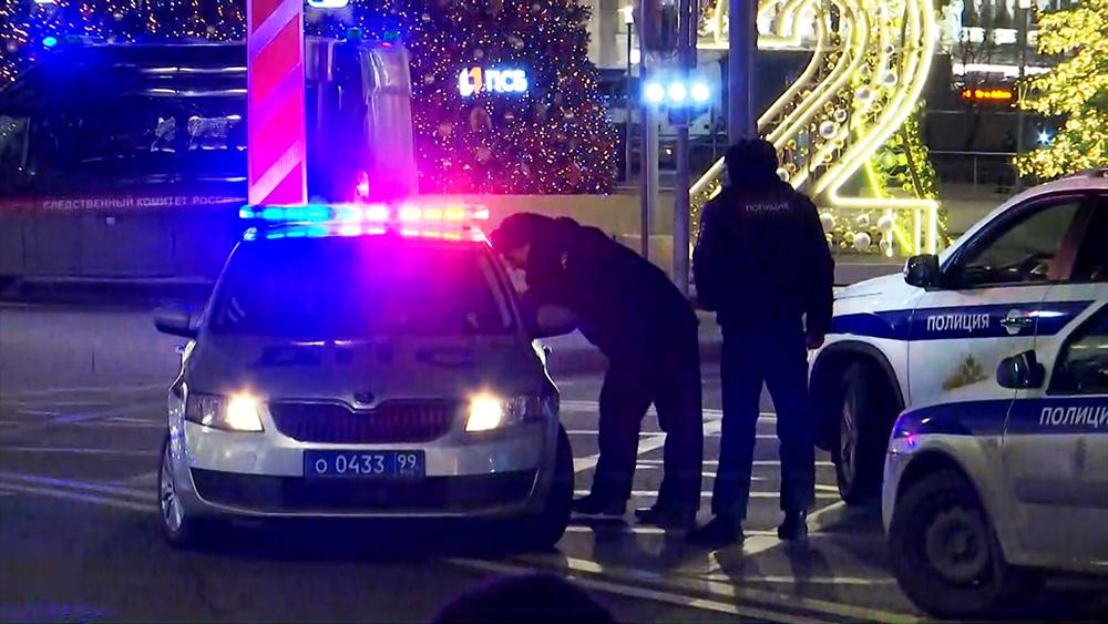 Полицейские автомобили у здания ФСБ на Лубянской площади в Москве, где произошла стрельба
