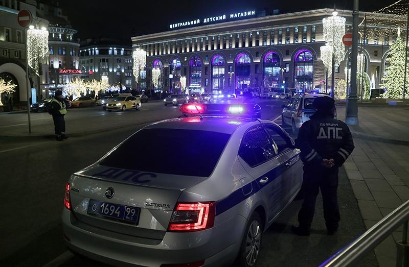 Сотрудники ДПС у здания ФСБ на Лубянской площади в Москве, где произошла стрельба