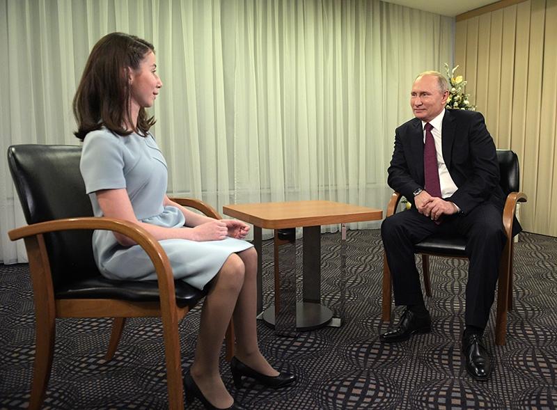 Владимир Путин во время интервью семнадцатилетней Регине Парпиевой