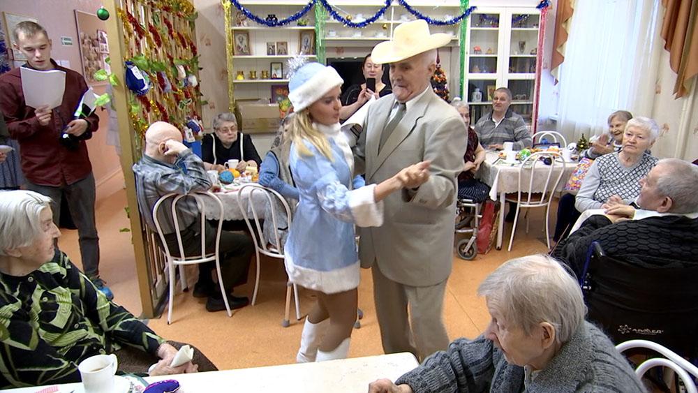 Волонтеры поздравляют пенсионеров