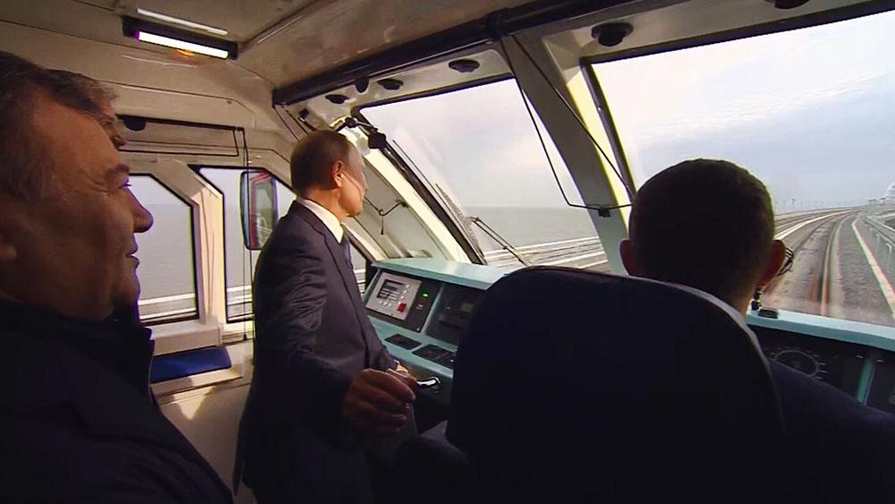 Владимир Путин в кабине поезда