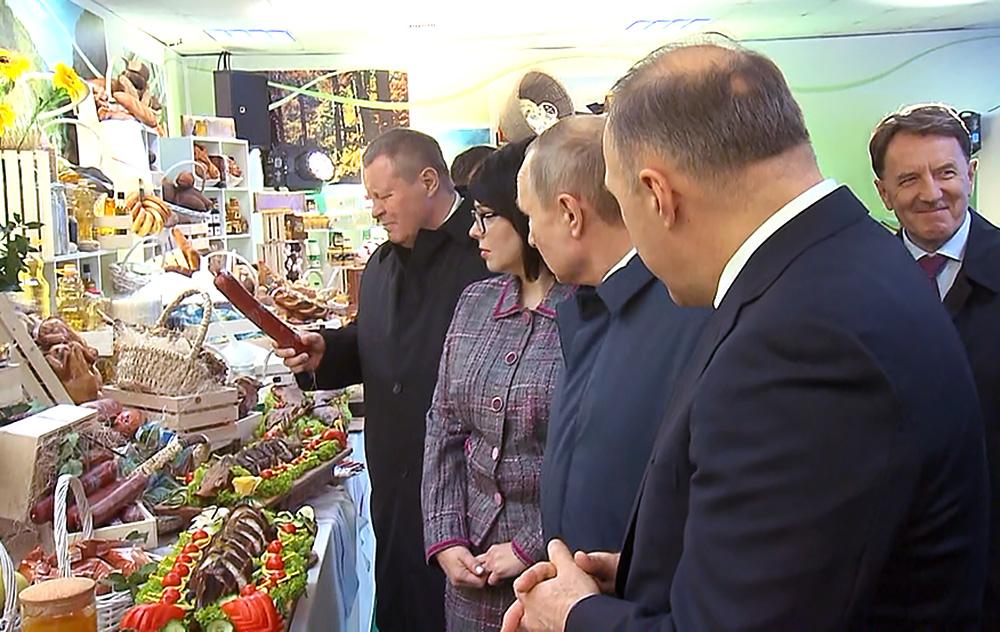 Владимир Путин посетил выставку в Адыгеи
