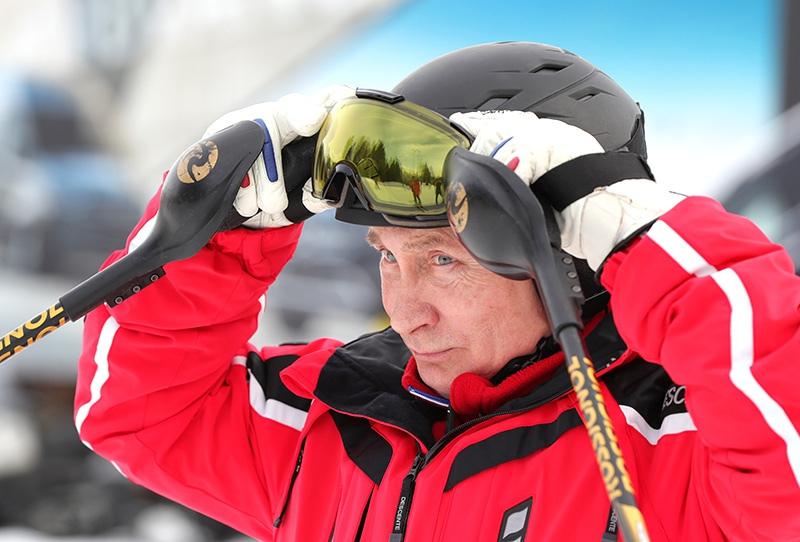 Владимир Путин во время катания на лыжах