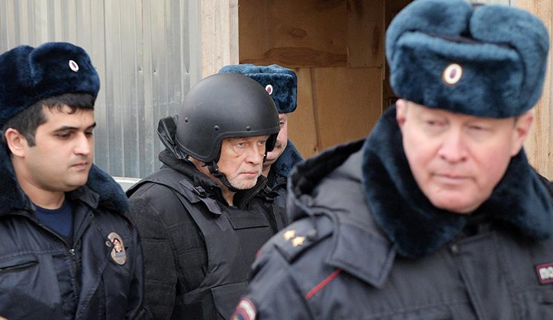 Олег Соколов (в центре), обвиняемый в убийстве аспирантки, во время следственного эксперимента