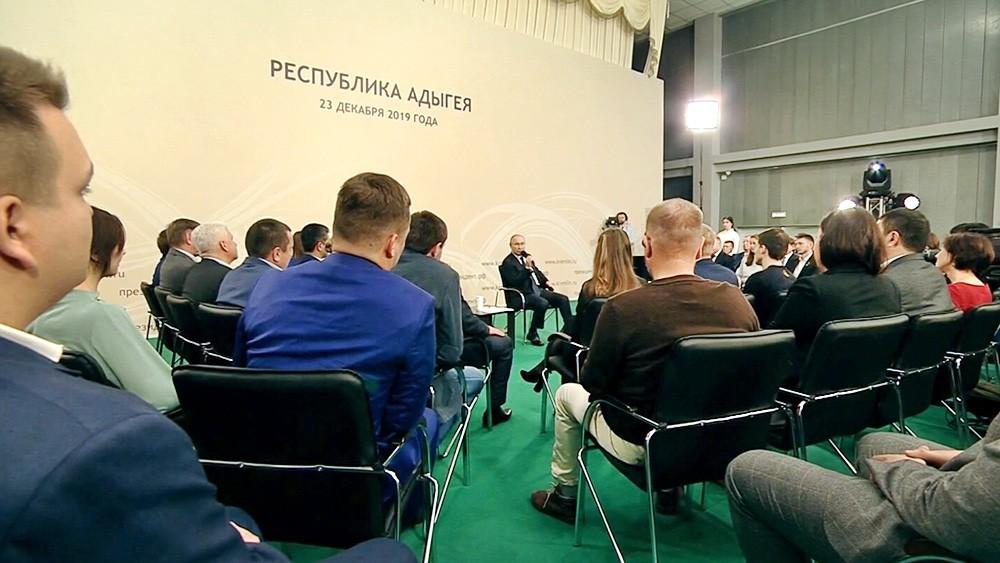 Владимир Путин на встрече с представителями общественности в Адыгее
