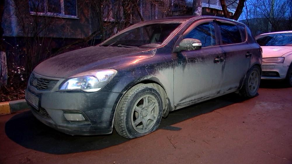 Спущенное колесо у машины