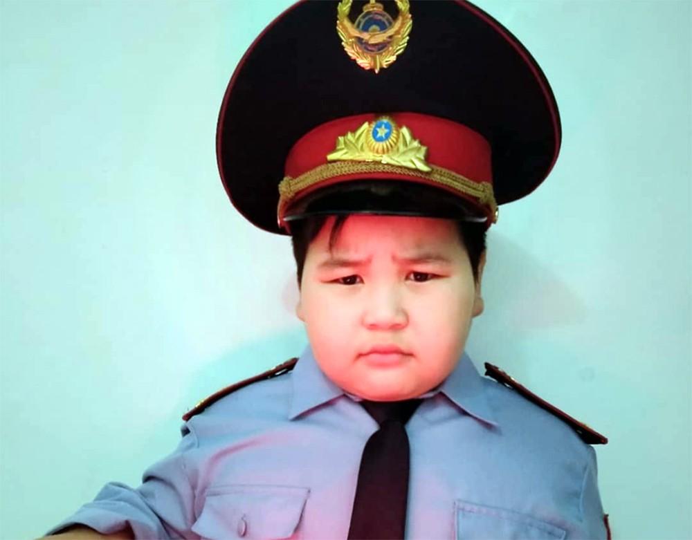Мальчик в костюме полицейского на утреннике