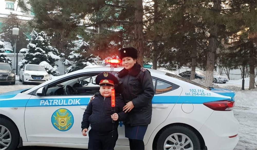 Мальчик в костюме полицейского