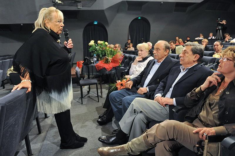 """Руководитель """"Современника"""" Галина Волчек (слева) на сборе труппы театра"""