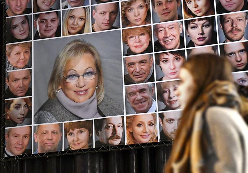 """Портрет Галины Волчек и артистов на здании театра """"Современник"""""""