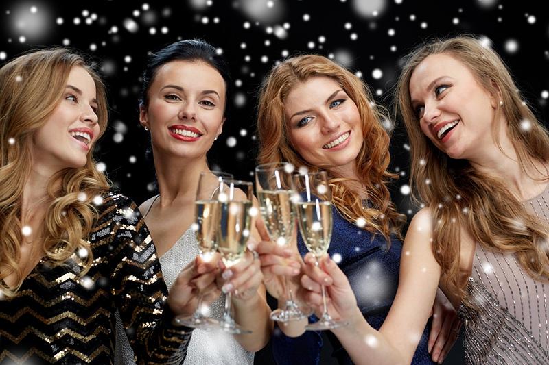 Девушки пьют шампанское